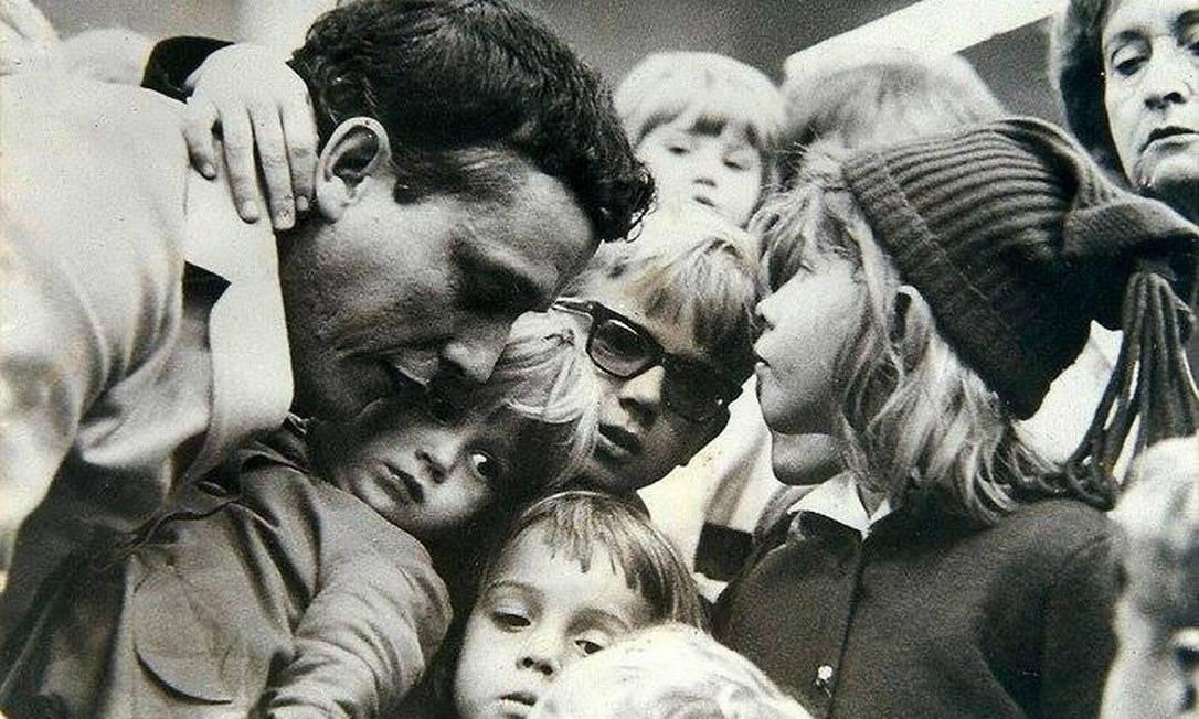 A despedida de José Maria Rabêlo no aeroporto Santos Dumont antes de partir para a Bolívia. Na foto, Fernando, no colo do pai, o abraçava não querendo que ele partisse para o exílio. Rio de Janeiro, 1964 Foto: Kaoru Higuchi/JB