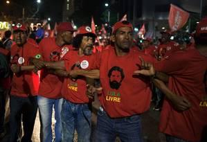 Integrantes do MST fazem segurança do candidato do PT, Fernando Haddad, no Rio Foto: CARL DE SOUZA / AFP