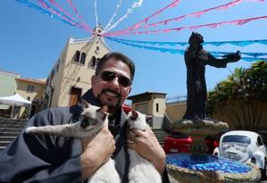 Frei Donil Alves e seus gatos Foto: FABIANO ROCHA / Agência O Globo