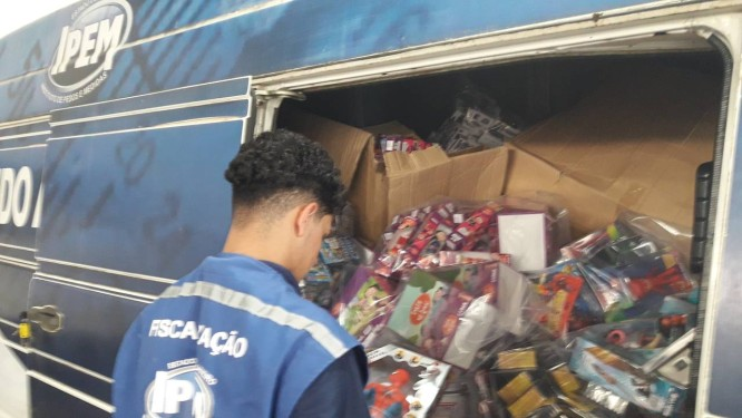 Fiscal do Ipem-RJ recolhe brinquedo irregular Foto: Divulgação