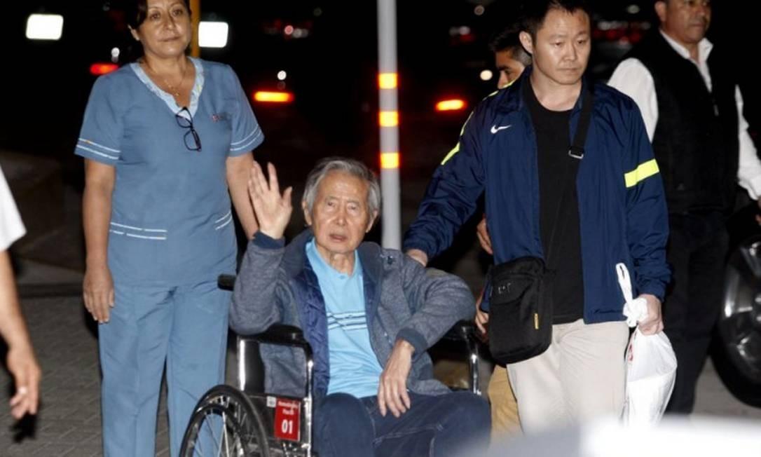 O ex-presidente Alberto Fujimori deixa o hospital acompanhado pelo filho, Kenji: tribunal reverte indulto humanitário Foto: HANDOUT / REUTERS/4-1-2018