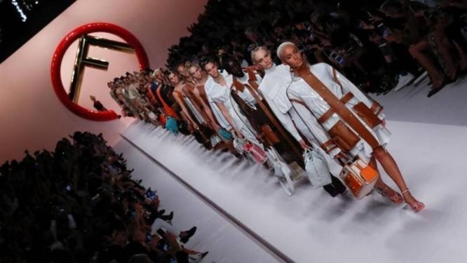 Desfile da marca Fendi na Fashion Week de Milão, no mês passado Foto: REUTERS/Stefano Rellandini