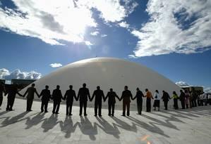 Deputados da bancada evangélica, acompanhados de pastores, mulheres e crianças, sobem a rampa do congresso e fazem oração em torno da cúpula do Senado, em 2005 Foto: Roberto Stuckert Filho / Agência O Globo