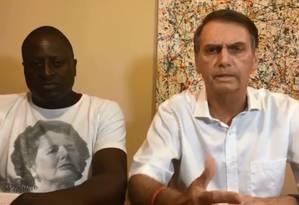 Jair Bolsonaro faz transmissão ao vivo no Facebook, ao lado de Hélio Bolsonaro Foto: Reprodução/Facebook