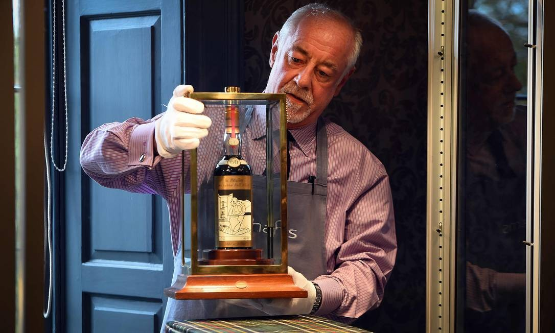 A garrafa de uísque da marca Macallan Valerio Adamai, fabricada em 1926, vendida por mais de R$ 4 milhões na Inglaterra Foto: ANDY BUCHANAN / AFP