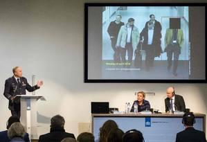 O chefe da Inteligência Militar da Holanda, Onno Eichelsheim, a ministra da Defesa Ank Bijleveld e o embaixador britânico Peter Wilson mostram os agentes russos expulsos por tentar fazer um ciberataque em Haia Foto: BART MAAT / AFP
