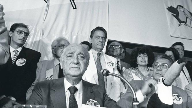 Em 1988, na fundação do PSDB: da esquerda para a direita, Geraldo Alckmin, Franco Montoro, Fernando Henrique Cardoso e Mario Covas, com o símbolo tucano à mesa Foto: Gustavo Miranda / Agência O Globo