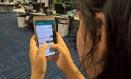 Uma mulher acessa app de mensagens pelo celular Foto: Arquivo