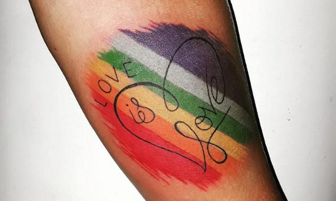 """Mãe tatuou frase que diz """"Amor é amor"""", em português Foto: Facebook/Reprodução"""