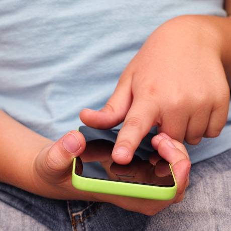 A exposição precoce a conteúdos da internet podem interferir no desenvolvimento da criança Foto: Shutterstock/Stepan Popov