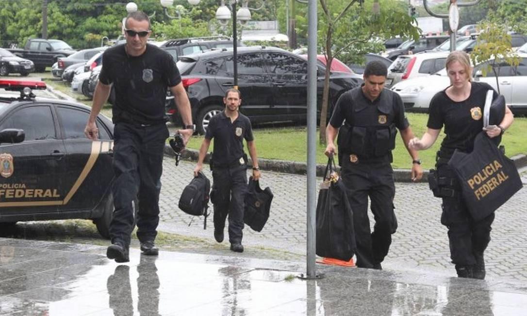 Agentes da Polícia Federal chegam com documentos a sede da PF em SP Foto: Marcos Alves / Agência O Globo 05/02/2015