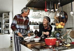 Otavio e Rosita Missoni na cozinha da casa da família Missoni, em Varese, na Itália, em 1984 Foto: Angelo Deligio / Divulgação