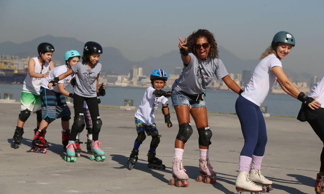 Grupo Patinar alegra a alma se reúne no Caminho Niemeyer para a prática Foto: Fabiano Rocha / Agência O Globo