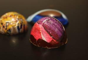 Coloridos, os bombons da Chef Chocolatiére são pintados a mão. Cada um possui uma cor, textura, sabor e formato. Parecem joias Foto: c