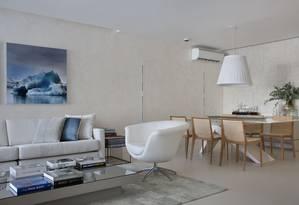No projeto de Leila Dionizios, pontos de cor foram trabalhados nos detalhes, como almofadas e quadros Foto: Divulgação