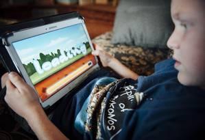 Criança americana espera aplicativo carregar em tablet: dados podem estar sendo coletado ilegalmente Foto: Bryce Meyer/The New York Times