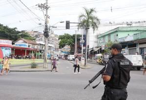 Policial fica em acesso ao Alemão Foto: Fabiano Rocha / Agência O Globo