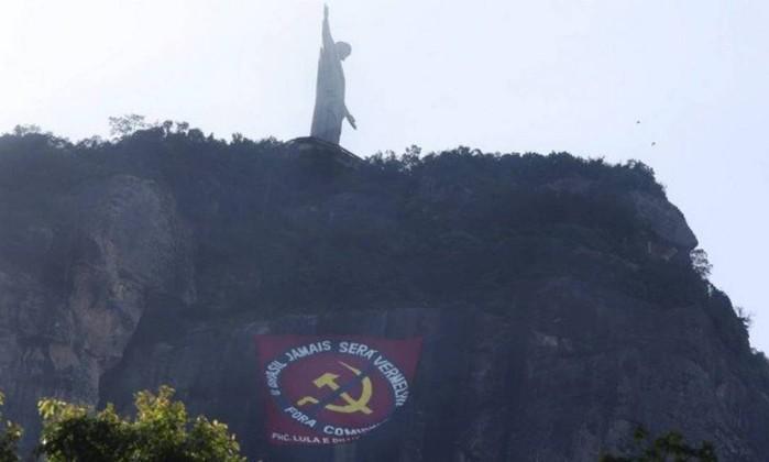 Bandeira contra o comunismo no morro do Cristo Redentor Foto: Marcos Ramos / Agência O Globo