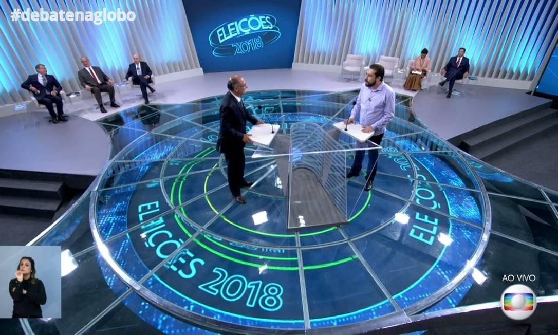 Geraldo Alckmin e Guilherme Boulos no centro do estúdio da TV Globo Foto: Reprodução