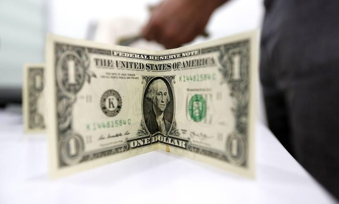 Queda do dóalr é influenciada pelos resultados das pesquisas de intenção de voto Foto: Atta Kenare / AFP