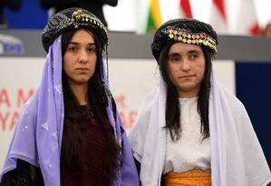 Nadia Murad (E), ganhadora do Nobel da Paz, com Lamia Haji Bashar, que lutam pela comunidade yazidi e as sobreviventes da violência sexual do Estado Islâmico Foto: FREDERICK FLORIN / AFP/ 16-12-2016
