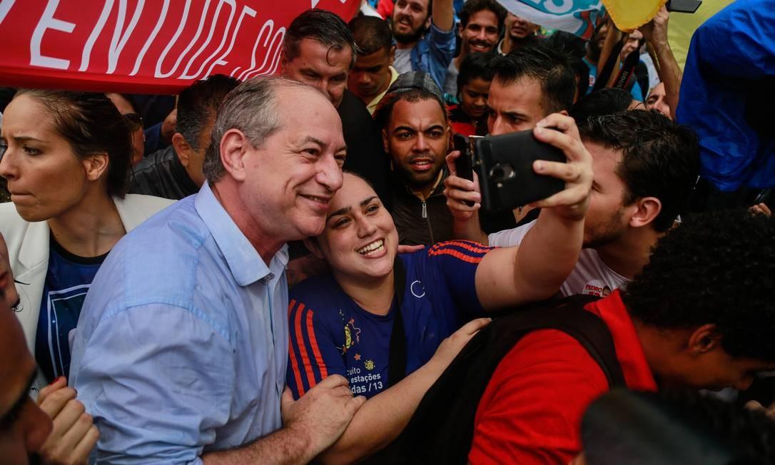 O candidato do PDT à Presidência, Ciro Gomes, na favela da Rocinha Foto: Brenno Carvalho / Agência O Globo