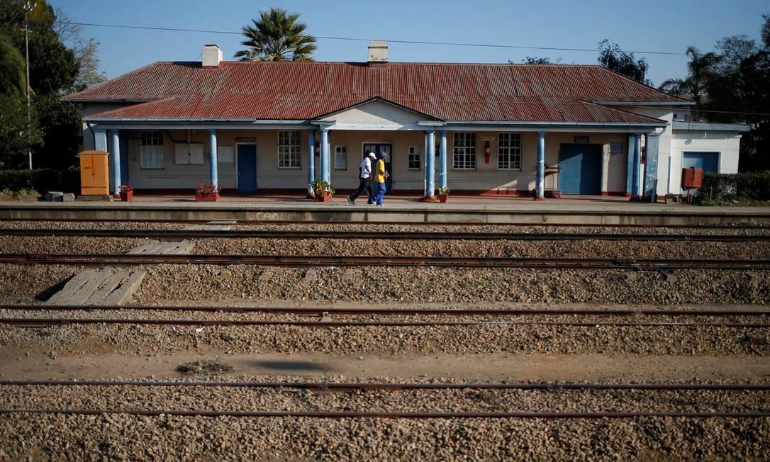 Pessoas na estação de Marondera, em Mashonaland East, leste de Harare, Zimbábue Foto: SIPHIWE SIBEKO / REUTERS