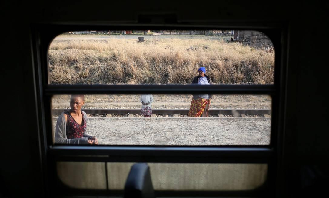 Pessoas esperam por um trem em Harare, Zimbábue Foto: SIPHIWE SIBEKO / REUTERS