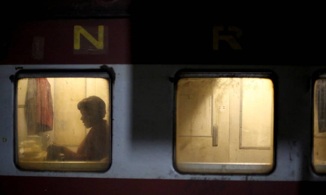Passageiro durante uma viagem de trem na estação de Harare, Zimbábue Foto: SIPHIWE SIBEKO / REUTERS