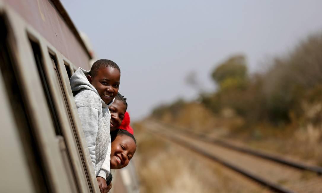 Passageiros em um trem de Harare para Bulawayo, Zimbábue Foto: SIPHIWE SIBEKO / REUTERS
