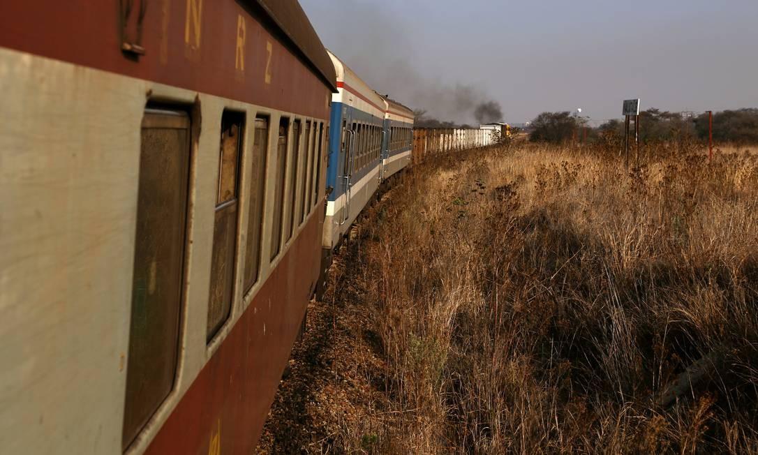 Trem que transporta passageiros e mercadorias viaja de Harare a Bulawayo, Zimbábue Foto: SIPHIWE SIBEKO / REUTERS