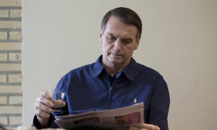 O candidato do PSL Jair Bolsonaro em sua casa após o atentado que sofreu Foto: Márcia Foletto / Agência O Globo