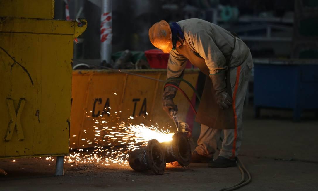 Soldador trabalha na manutenção de uma peça: indústria naval alavanca geração de empregos na cidade Foto: Márcio Alves / Agência O Globo