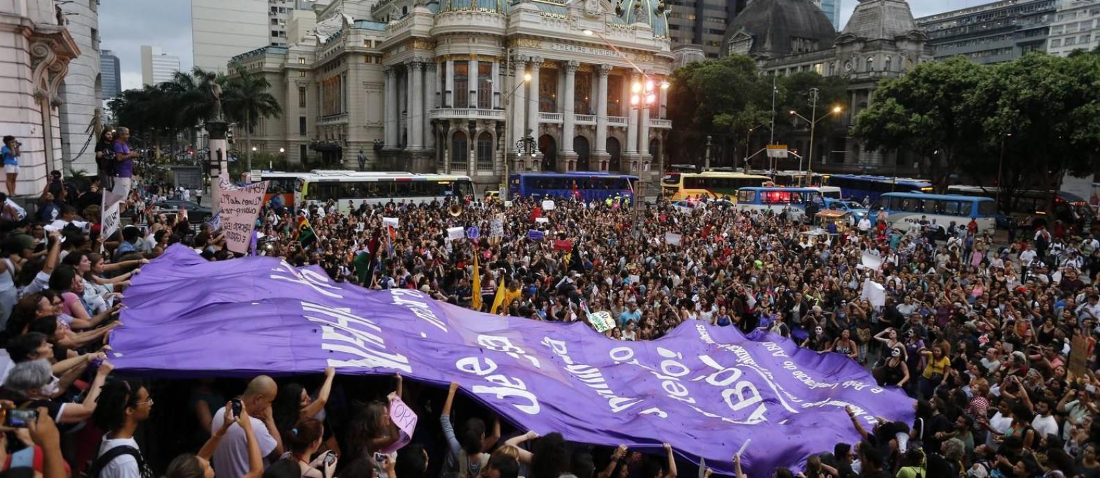 Protesto de mulheres contra Eduardo Cunha, no Centro do Rio Foto: Domingos Peixoto / Agência O Globo
