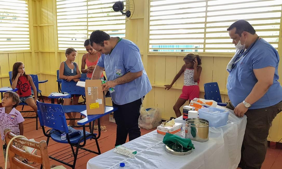 Improviso: o enfermeiro Marcelo Brendew (E) e o médico Ricardo dos Santos Faria (D) atendem numa sala de aula Foto: / Sérgio Matsuura