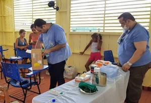 Improviso: o enfermeiro Marcelo Brendew (E) e o médico Ricardo dos Santos Faria (D) atendem numa sala de aula Foto: Sérgio Matsuura