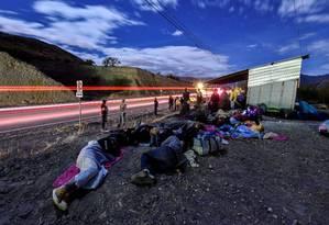 Venezuelanos na fronteira entre Equador e Peru, após terem viajado por várias horas em 25 de agosto, dia em que exigência de passaportes entrou em vigor Foto: LUIS ROBAYO / AFP