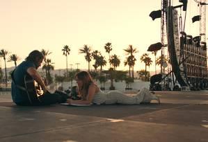 Bradley Cooper (Jack) e Lady Gaga (Ally) vivem um romance intenso, marcado pela criação artística Foto: Divulgação