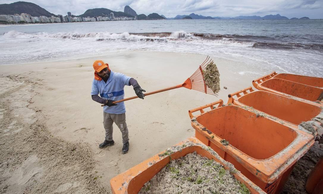 Mutirão da Comlurb contra a maré vermelha Foto: Ana Branco / Agência O Globo