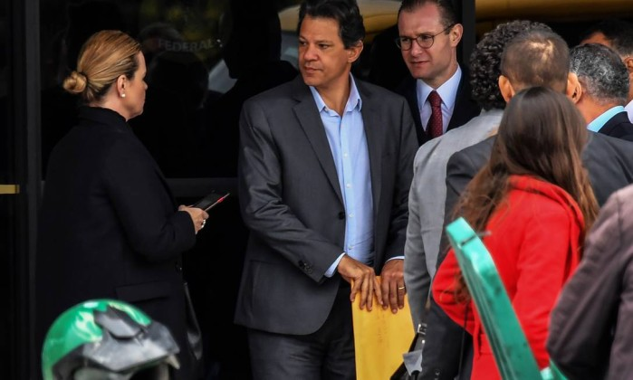 Fernando Haddad, com a presidente do PT, Gleisi Hoffman (dir.), após visita ao presidente Lula na carceragem da Polícia Federal em Curitiba Foto: NELSON ALMEIDA / AFP