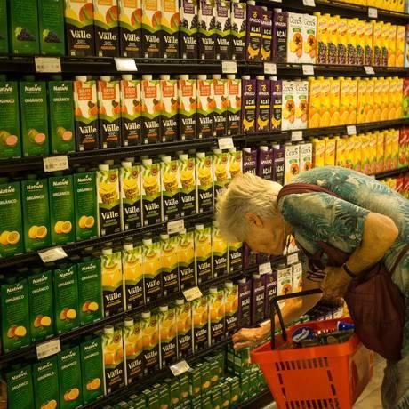 Sucos tomam as prateleiras de bebidas dos supermercados: segmento deve ter crescimento da casa dos 13% este ano. Foto: O Globo / Brenno Carvalho