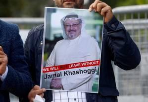 Manifestante mostra a foto do jornalista saudita Jamal Khashoggi, que desapareceu após entrar no consulado de seu país em Istambul Foto: Osman Orsal / REUTERS