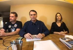 Jair Bolsonaro (PSL) faz transmissão ao vivo ao lado do filho, Flávio Bolsonaro (PSL) Foto: Reprodução/Facebook