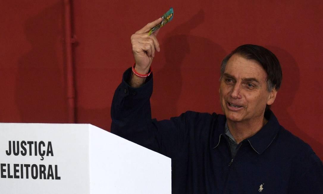 Bolsonaro (PSL) vota na Barra da Tijuca, no Rio Foto: MAURO PIMENTEL / AFP
