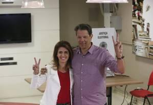 Ana Estela e Fernando Haddad, candidato à presidência pelo PT, votam em colégio no bairro de Moeme, Zona Sul de São Paulo Foto: Marcos Alves / Agência O Globo