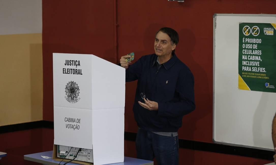 O candidato na cabine de votação do colégio Rosa da Fonseca Foto: Pablo Jacob / Agência O Globo