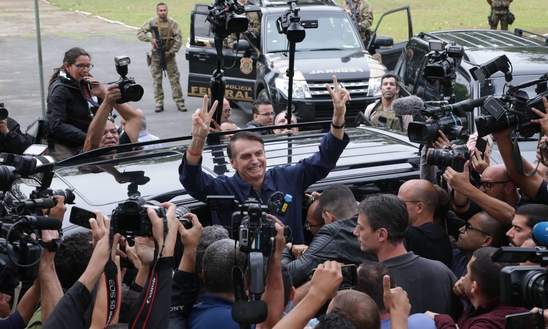 Após votar no colégio Rosa da Fonseca onde o candidato a presidência Jair Bolsonaro deixa o local na Vila Militar, Zona Oeste do Rio de Janeiro cercado pela imprensa. Foto: Marcio Alves / Agência O Globo