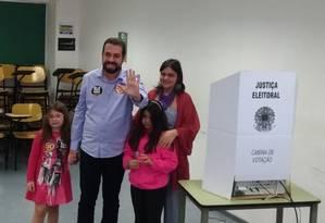 O candidato do PSOL, Guilherme Boulos, votou na PUC-SP e afirmou que 'não podemos brincar com um país que está à beira do abismo', mas evitou falar sobre quem apoiará num possível segundo turno Foto: Dimitrius Dantas / Agência O Globo