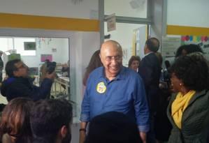 Henrique Meirelles, candidato do MDB à Presidência, chega ao Colégio Rio Branco, em SP, para votar Foto: Tiago Aguiar / Agência O Globo