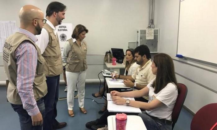 Chefe da missão da OEA, Laura Chinchilla, acompanha votações em seção eleitoral em Brasília Foto: Reprodução
